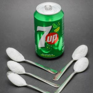 1 canette de 33cl de 7up contient 4,6 cuil. à café de sucre