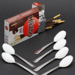 1 boite de Mikado au chocolat noir contient 5,8 cuil. à café de sucre