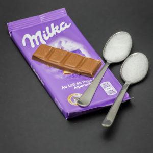 1 barre de chocolat au lait Milka contient 2 cuil. à café de sucre