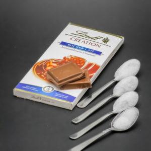 2 carreaux de chocolat rocher lait de Lindt contiennent 3,2 cuil. à café de sucre