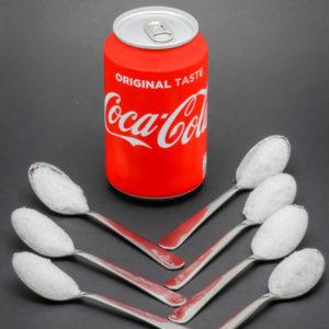 1 canette de 33cl de Coca Cola contient 7 cuil. à café de sucre