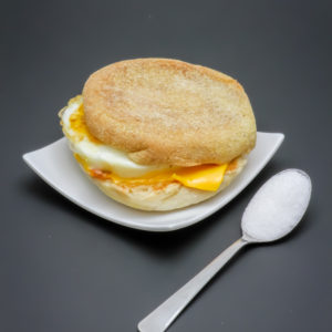 1 McMuffin bacon & egg contient 0,6 cuil. à café de sucre