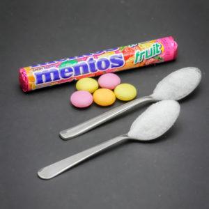 5 bonbons Mentos fruit contiennent 1,9 cuil. à café de sucre