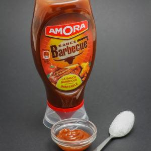19g de sauce barbecue Amora contiennent 1 cuil. à café de sucre