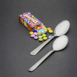 1 mini boite de Smarties contient près de 2 cuil. à café de sucre