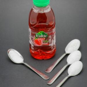 33cl de Volvic Juicy fraise contiennent 3,2 cuil. à café de sucre