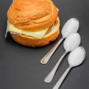 1 Croissant Roll 2 fromages et oignons Starbucks contient 2,5 cuil. à café de sucre soit 12,7g