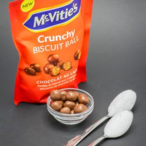 24g de crunchy biscuit ball de McVitie's contiennent 2 cuil. à café de sucre soit 10g