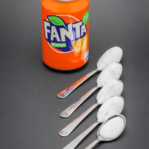 1 Fanta orange de 33cl contient 4,2 cuil. à café de sucre soit 21g