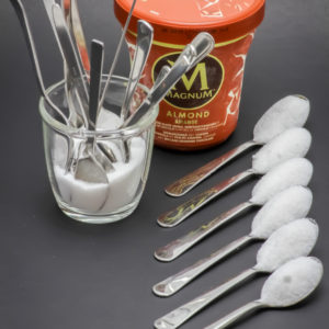 1 pot de 440ml de glace almond Magnum contient 17,8 cuil. à café de sucre soit 89,1g
