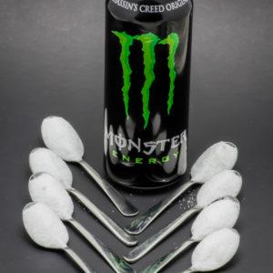 1 Monster Energy de 50cl contient 8,4 cuil. à café de sucre soit 42g