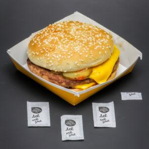 1 Royal Cheese McDonald's contient 3,25 dosettes de sel soit 2,6g