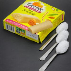 1 barre amande Gerblé contient 2,6 cuil. à café de sucre soit 13g