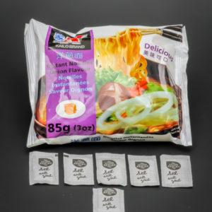 1 sachet de nouilles instantanées saveur oignon Kailo Brand contient 5,8 dosettes de sel soit 4,7g
