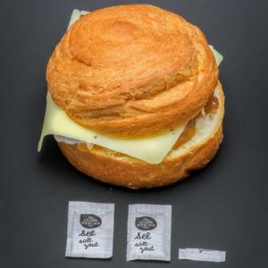 1 croissant roll deux fromages et oignons caramélisés Starbucks contient 2,1 dosettes de sel soit 1,71g