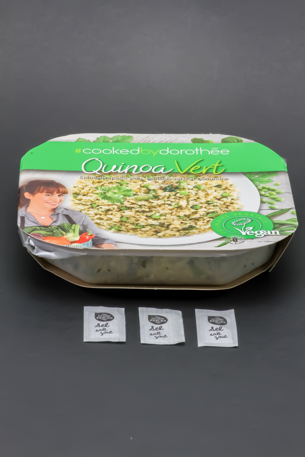 1 barquette de quinoa vert Cooked by dorothée contient 3 dosettes de sel soit 2,4g